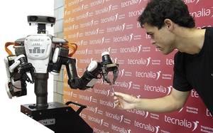 robotak-pertsonekin-eskuz-esku